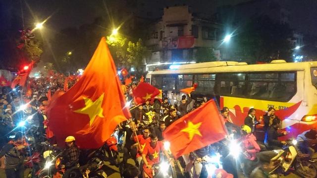 """Khu vực Hồ Gươm """"nghẹt thở"""" sau kỳ tích của U23 Việt Nam - 28"""