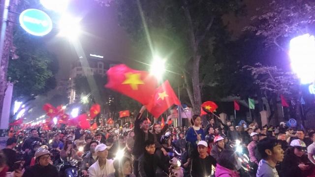 """Khu vực Hồ Gươm """"nghẹt thở"""" sau kỳ tích của U23 Việt Nam - 17"""