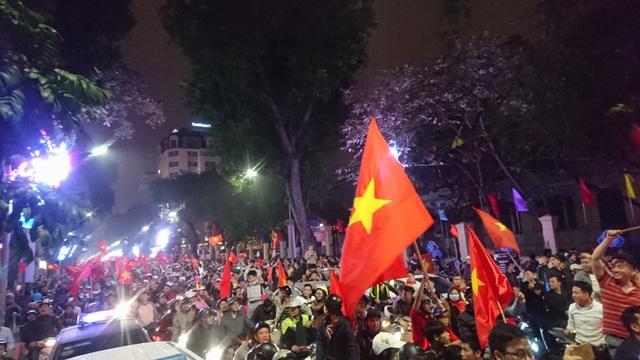 """Khu vực Hồ Gươm """"nghẹt thở"""" sau kỳ tích của U23 Việt Nam - 16"""