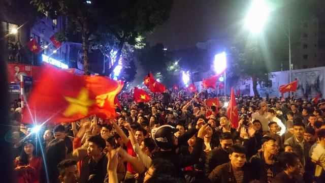 """Khu vực Hồ Gươm """"nghẹt thở"""" sau kỳ tích của U23 Việt Nam - 33"""