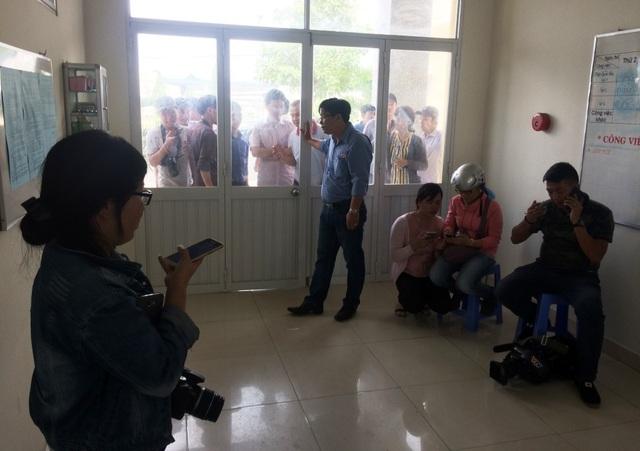 Rất đông báo chí ngóng tin từ buổi làm việc của Chủ tịch UBND TP Cần Thơ