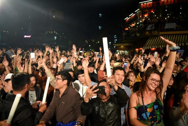 Hàng ngàn khán giả hòa mình vào không gian âm nhạc