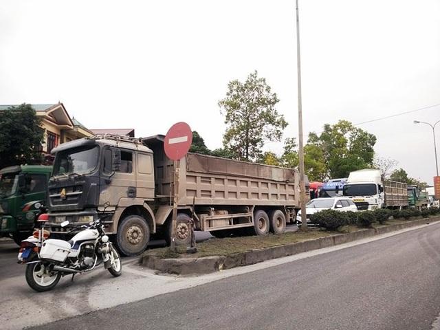 Giao thông trên tuyến quốc lộ 35 bị ách tắc trong nhiều giờ.
