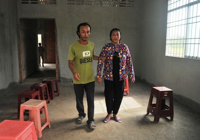Vợ chồng anh Hồ Văn Cường và chị Huỳnh Thị Thúy vui mừng khi dọn vào nhà mới