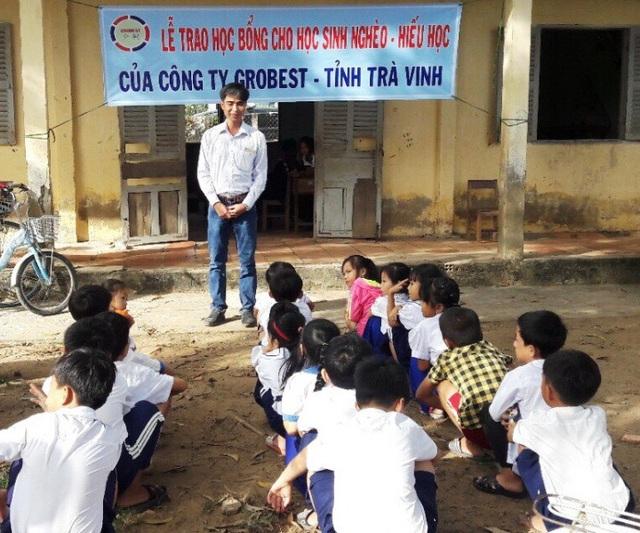 ông Nguyễn Đức Học – Trưởng khu vực công ty Grobest tỉnh Trà Vinh đang trao đổi với các em học sinh trường tiểu học Vinh Kim