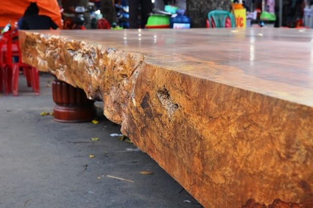 """Chiếc sập gỗ """"khủng"""" có độ dày 28cm."""