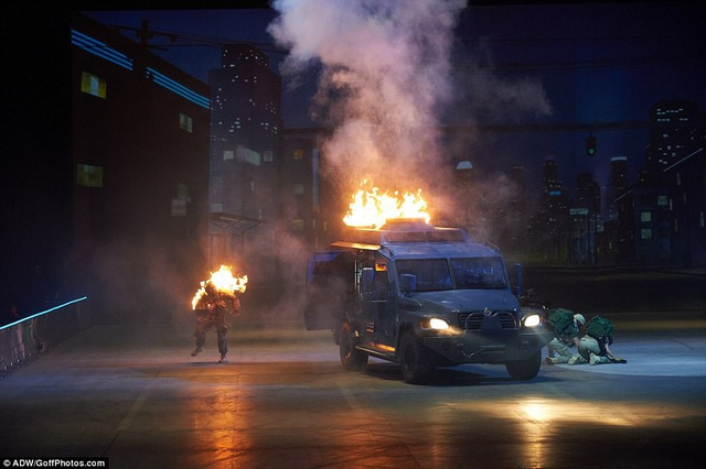 """Liveshow """"Fast & Furious"""" có sự xuất hiện của hàng loạt siêu xe và các pha hành động ngoạn mục được thực hiện trực tiếp trên sân khấu, đưa lại cho người xem những trải nghiệm thực, gợi nhắc tới những pha rượt đuổi nghẹt thở trong loạt phim """"Fast & Furious""""."""