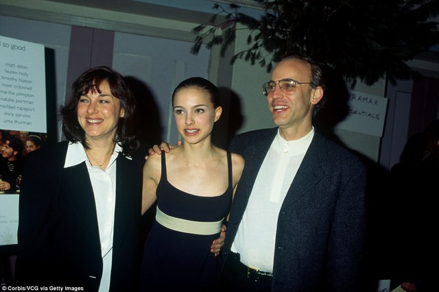 """Natalie Portman xuất hiện bên cha mẹ năm 15 tuổi hồi năm 1996. Cô đã được lựa chọn đóng phim """"Leon"""" từ hàng ngàn nữ diễn viên tham gia tuyển chọn. Đạo diễn Luc Besson khi đó đã rất ấn tượng với chiều sâu cảm xúc trong diễn xuất của Portman."""