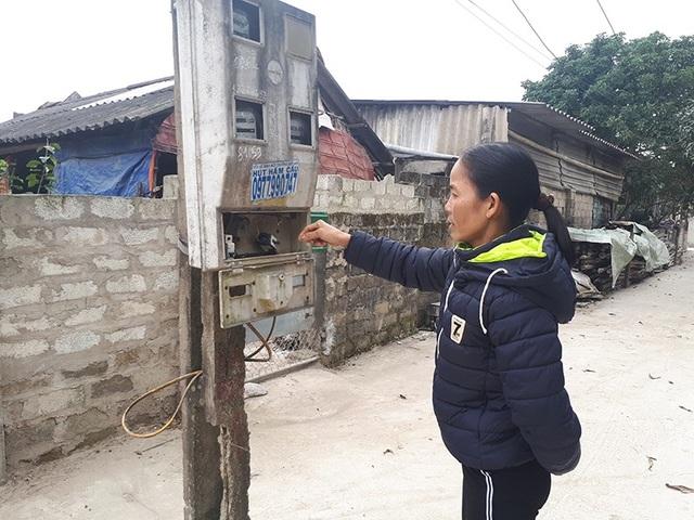 Chị Hoa cho biết, những hộp điện thấp thế này trẻ con rất dễ dàng với tay vào.