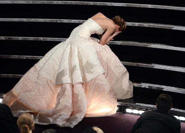 Cú ngã của Jennifer Lawrence