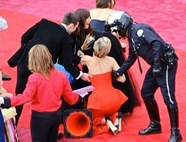 Cú ngã thứ hai vẫn của… Jennifer Lawrence