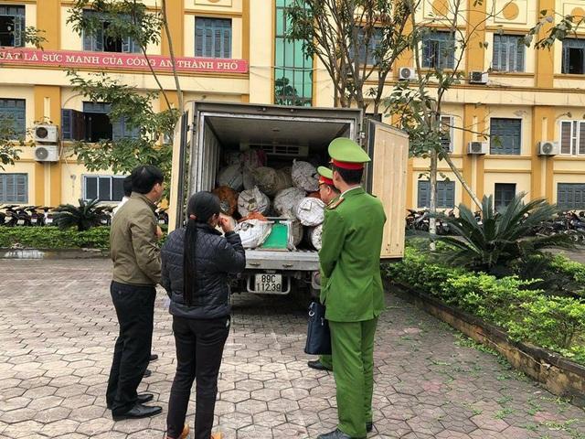 Lực lượng chức năng đưa chiếc xe cùng lượng mỡ bẩn về trụ sở để xử lý.
