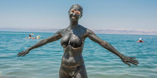 Tắm bùn ở biển Chết