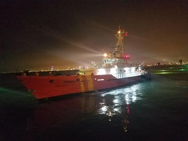Tàu SAR 412 đưa thuyền viên Philippines bị nhồi máu cơ tim vào bờ