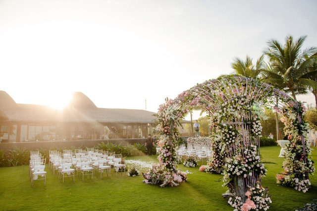Chị Lê Thị Thu Trang - đại diện đơn vị tổ chức tiết lộ, vì tiệc cưới được tổ chức ở nhiều địa điểm khác nhau nên phải sử dụng một lượng hoa trang trí rất lớn. Tại không gian tiệc biển, hơn 50.000 đoá hồng Tây phương, 10.000 bông tú cầu, cánh nở to, hiếm có ở Việt Nam, đã được sử dụng để tạo điểm nhấn, tăng sự sinh động giữa khung cảnh chỉ có cát biển và sóng.