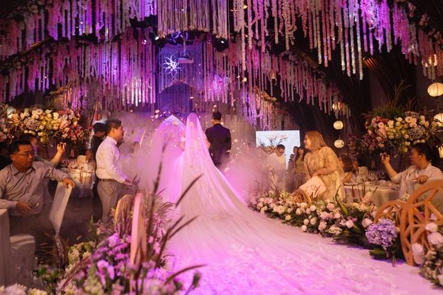 Tại buổi tiệc ballroom, hàng nghìn đoá hoa trải sắc từ hồng nhẹ đến trắng đã được đính kết, trang trí dạng thả rơi trong toàn không gian sảnh tiệc.