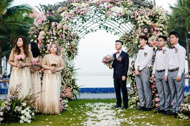 Cặp đôi cũng thuê trọn không gian sang trọng của một trong những resort đắt đỏ nhất Đà Nẵng, nơi từng đón tiếp các Đệ nhất Phu nhân lãnh đạo APEC 2017, trong gần 4 ngày chuẩn bị cho đám cưới.