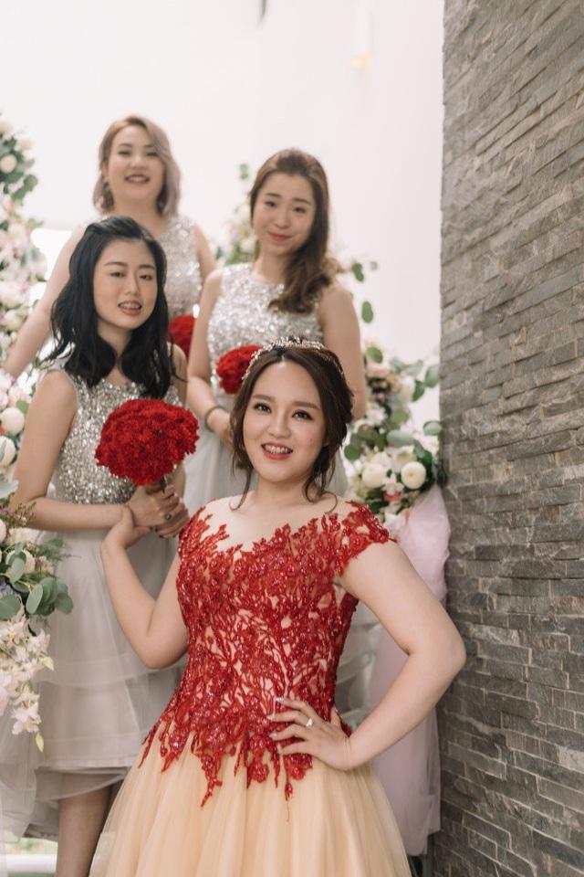 Mức giá cho trang phục của cô dâu, chú rể và các phù dâu chạm ngưỡng tỷ đồng. Cả hai mong muốn sở hữu những trang phục này theo ý mình, chứ không chỉ thuê hay chỉnh sửa trên những thiết kế có sẵn.