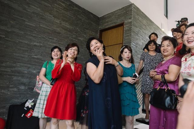 Đầu tiên, phải kể đến chi phí bay khứ hồi đến Việt Nam, lưu trú, nghỉ dưỡng, trang phục của toàn bộ dòng họ hai bên và khách mời gần hàng chục người từ Trung Quốc, Đài Loan, Hong Kong, New Zealand. Tại sân bay, họ được đón tiếp nồng nhiệt với đội ngũ tiếp viên riêng. Đa phần tất cả khách mời đều không thể giao tiếp bằng tiếng Anh nên được sắp xếp thêm thông dịch viên để hỗ trợ.