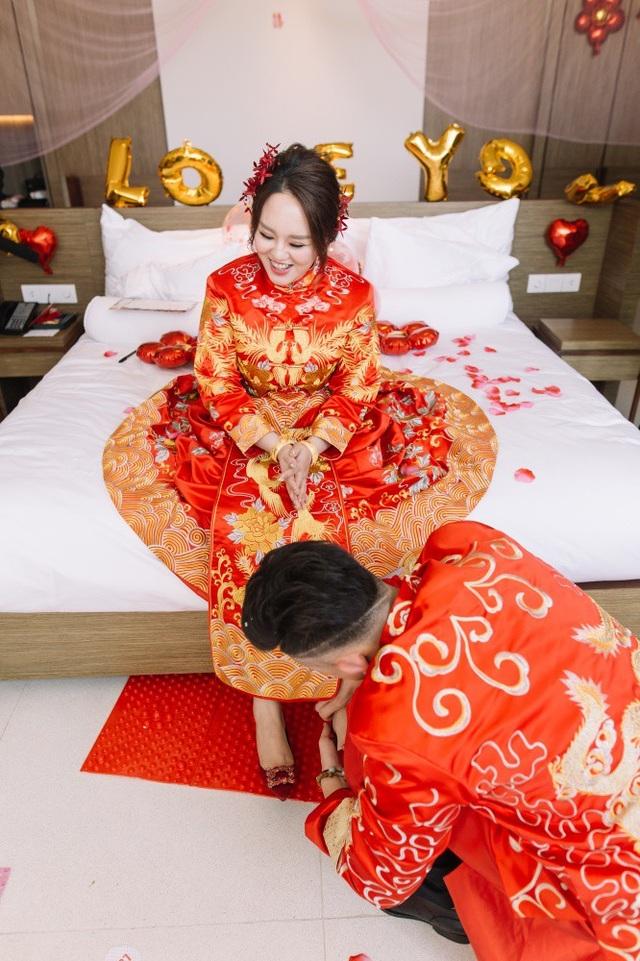 Tiệc cưới thực hiện tất cả các nghi lễ của người Trung Hoa.