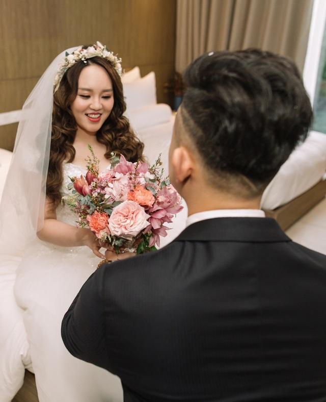 Riêng về trang phục cưới, Jefl tiết lộ anh đã chuẩn bị 5 bộ váy cưới được đặt riêng từ những nhà thiết kế để dành tặng cho vợ mình.