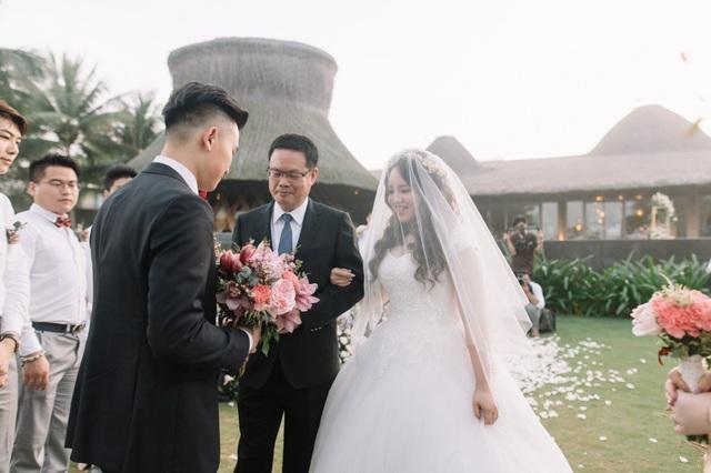 """Một năm trước, Jelf đã chính thức ngỏ lời """"chung một nhà"""" với Rebecca. Từ đó, cả hai bắt đầu lên kế hoạch cho hôn lễ độc đáo. Chia sẻ về lý do chọn Việt Nam tổ chức hôn lễ, cô dâu và chú rể cho biết, do bố mẹ sở hữu nhà máy tại Bình Dương, cả hai nhiều lần có dịp sang Việt Nam. """"Chúng tôi bị mê hoặc bởi cảnh sắc, vẻ đẹp của Đà Nẵng. Tôi cùng Rebecca quyết định dành nửa triệu USD để tổ chức lễ cưới đặc biệt này"""", chú rể Jeff chia sẻ."""