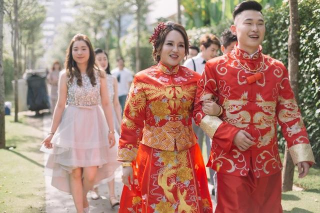 Bộ váy truyền thống của Trung Hoa sử dụng loại vải lụa óng ánh, với những hình ảnh rồng phượng thêu nổi được những người thợ lành nghề thực hiện mất nhiều tuần lễ.