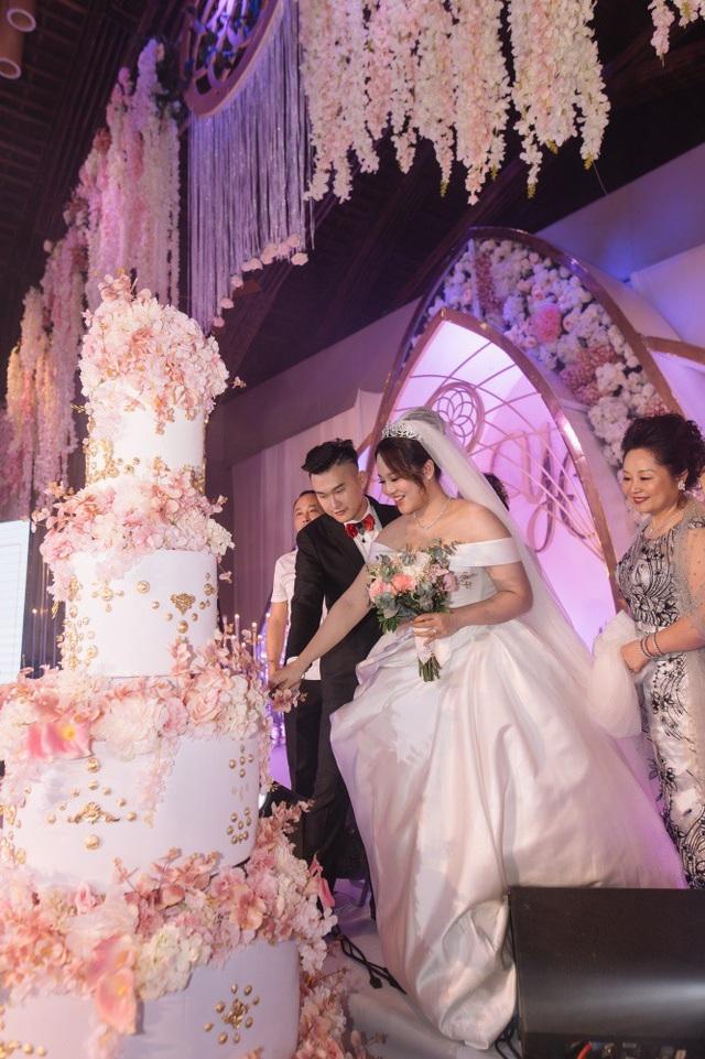 Chiếc bánh kem năm tầng do một đầu bếp nước ngoài được thuê đến tận Đà Nẵng để thực hiện toàn bộ phần trang trí, đính kết. Cặp đôi chia sẻ khoảnh khắc hạnh phúc nhất là khi chung tay xẻ chiếc bánh tình yêu.