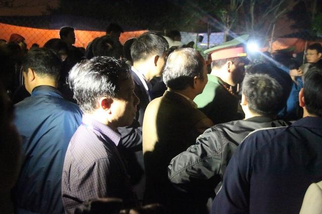 Bắt đầu từ 20h30, Ban tổ chức đền Trần và lực lượng an ninh bắt đầu mời người dân, du khách ra khỏi khu vực đền Thiên Trường, đền Cố Trạch, đền Trùng Hoa để chuẩn bị nghi thức dâng hương và rước kiệu ấn