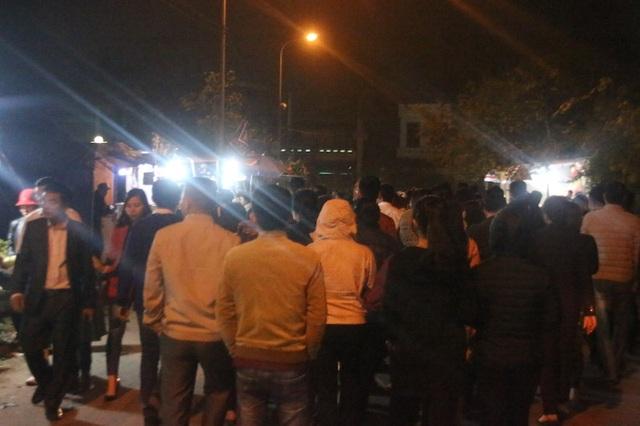 Bắt đầu từ khoảng 19h tối ngày 1/3, lượng du khách bắt đầu ùn ùn kéo về đền Trần để tham dự lễ Khai ấn đền Trần năm 2018