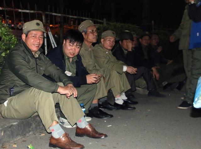 Lực lượng an ninh, trật tự tranh thủ nghỉ ngơi trước giờ làm lễ Khai ấn ở vòng ngoài