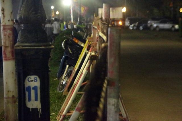 Những hàng rào sắt kiên cố, cùng thép B40 được bao bọc xung quanh dải phân cách tránh tình trạng người dân đi qua