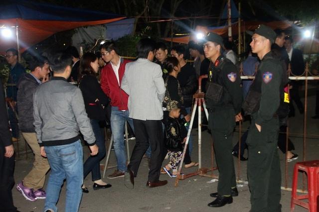 Phía bên ngoài, các lối vào đều được chặn bằng rào sắt và có các chiến sỹ Cảnh sát cơ động, Công an túc trực hướng dẫn nhân dân và du khách đi đúng phần đường, tránh chen lấn, xô đẩy nhau gây mất trật tự, an ninh