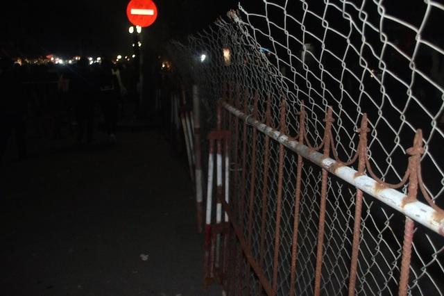 Hàng rào sắt và thép B40 được dựng chạy dọc dài cả km quanh đền trần, một bên đường là dành cho du khách và nhân dân đi lại, một bên là dành cho xe ô tô của Ban tổ chức