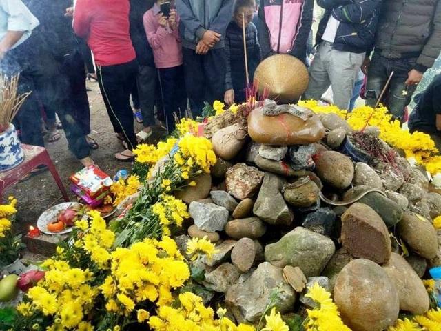 Từ khi có thông tin rắn thần xuất hiện ở xã Quảng Văn, thị xã Ba Đồn, đã có hàng trăm người mê tín kéo đến xem và cúng bái. (Hình ảnh ghi nhận ngày mùng 9 Tết, tức ngày 24/2).