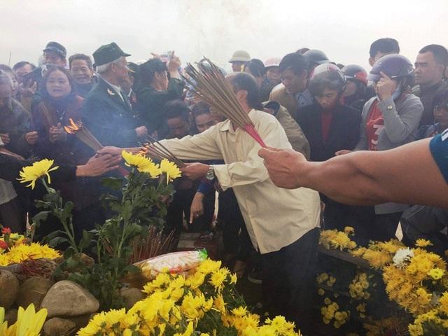 Lượng người hiếu kỳ đến thắp hương cầu khấn rất đông nên xã gặp khó trong khâu xử lý
