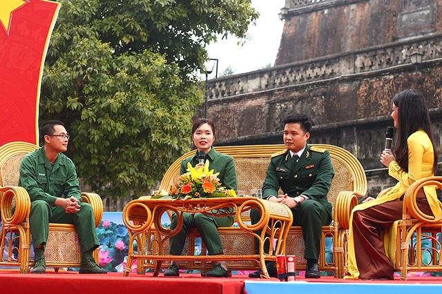 Chiến sĩ Trần Duy Tùng - Bộ Tư lệnh Thủ đô (ngoài cùng bên trái) vừa hoàn thành nghĩa vụ quân sự, chuẩn bị ra quân đã chia sẻ với các tân binh về những hoạt động khi thực hiện nghĩa vụ quân sự