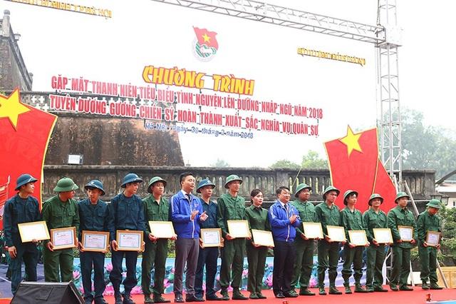 Thành Đoàn Hà Nội đã trao tặng Giấy chứng nhận cùng nhiều phần quà giá trị tặng các chiến sĩ trẻ