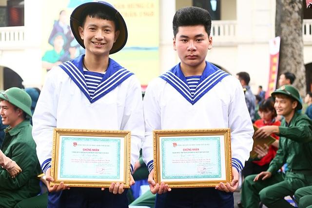Tân binh Vũ Công Mạnh - Thanh Oai, Hà Nội (bên trái) bày tỏ muốn tham gia rèn luyện trong môi trường quân đội để góp phần bảo vệ Tổ quốc.