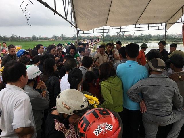 Rất đông người dân kéo đến xem, cúng bái tại một ngôi mộ ven đường ở xã Quảng Văn, thị xã Ba Đồn
