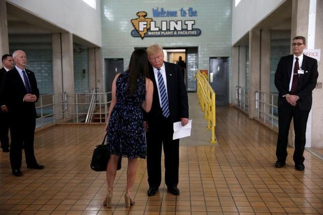 Từ đó đến khi ông Trump đắc cử, cô Hicks, người được ví như con gái của ông Trump, luôn xuất hiện như hình với bóng bên cạnh ông.