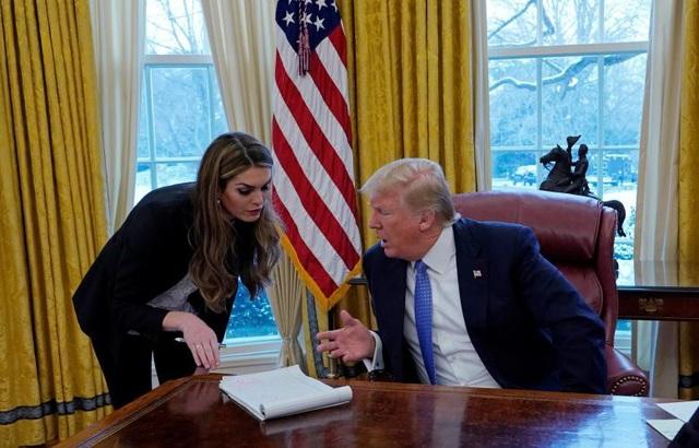 """Ông Trump từng khen ngợi nữ cố vấn Hope Hicks rằng: Tôi may mắn có được cô ấy. Cô ấy có những phán đoán tốt và thường đưa ra lời khuyên một cách rất tinh tế, vì vậy, lời khuyên được truyền tải một cách rất độc đáo""""."""
