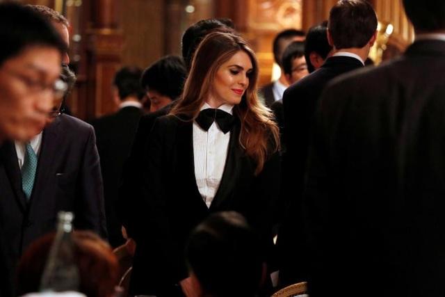 Cùng với Đệ nhất phu nhân Melania Trump, Đệ nhất ái nữ Ivanka Trump, Hope Hicks mang lại những diện mạo trẻ trung, hợp mốt mà Nhà Trắng chưa từng chứng kiến trong nhiều năm qua.