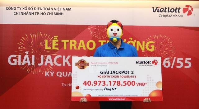 """Ông N.T (ngụ tại TPHCM) đã đến Chi nhánh của Vietlott tại TPHCM để nhận giải thưởng Jackpot 2 """"khủng"""" nhất từ trước đến nay với giá trị giải thưởng lên đến gần 41 tỷ đồng."""