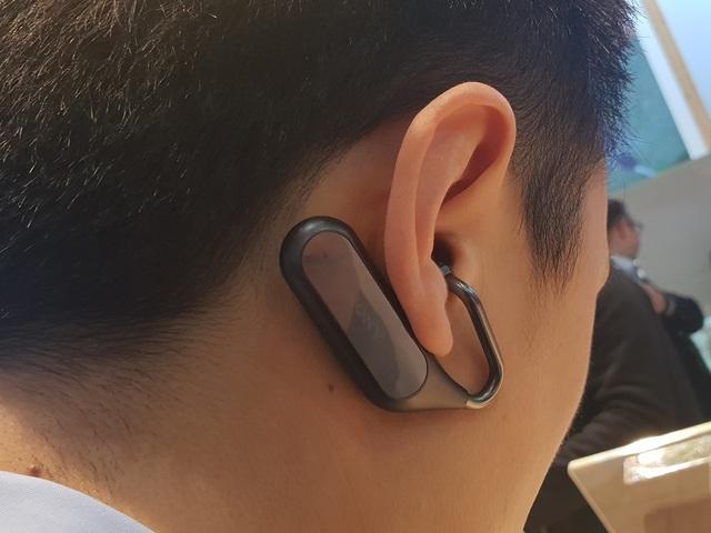 Sony thiết kế mẫu tai nghe này khá hầm hố và cách đeo cũng khá độc lạ khi so với nhiều mẫu tai nghe ra mắt gần đây. Người dùng sẽ phải đeo tai nghe này từ dưới lên trên, phần chứa đựng pin và các linh kiện được nằm sau vành tai.