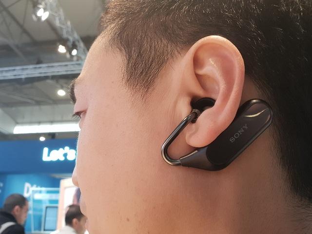 Trải nghiệm nhanh cho thấy, mẫu tai nghe này thực sự gây ấn tượng vì nó khiến người dùng cảm tưởng như âm nhạc đang được mở tại một trung tâm mua sắm. Do đó, người dùng vẫn có thể tiếp tục trò chuyện với đồng nghiệp hoặc bạn bè mà không quá phân tâm vì âm nhac.