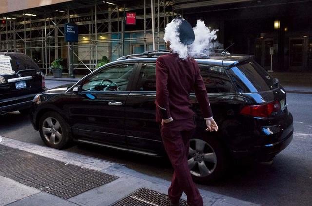 Khói thuốc từ người đàn ông và bên trên chiếc xe tạo nên hình ảnh bắt mắt tới không ngờ.