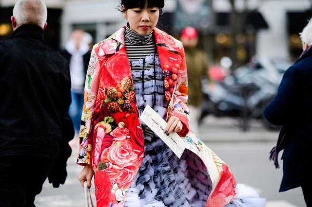 Áo khoác hoa màu sắc đi với váy ren cầu kỳ
