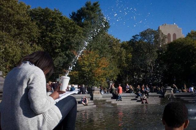 Hiệu ứng bắn nước độc đáo, trông cứ như chúng bắt nguồn từ chiếc cốc trên tay người phụ nữ.