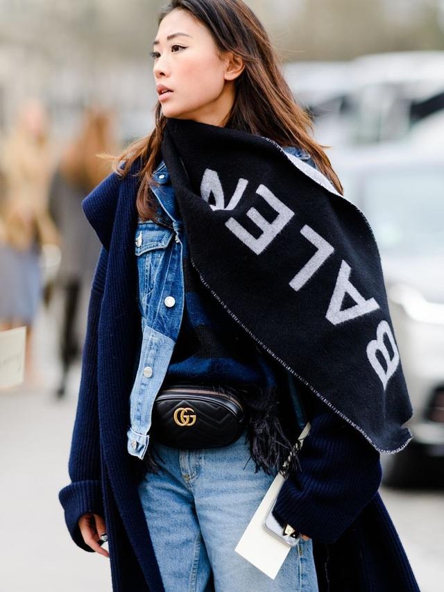Khăn khổ rộng, cây đồ Jeans và túi xách quàng ngang eo, đây đích thực là một fashionista sành điệu